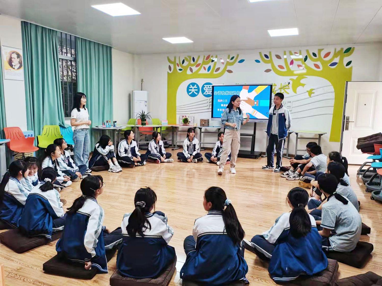 商阳老师在课堂上与学生们交流 .jpg