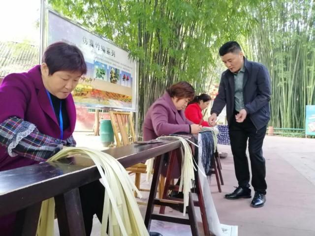 陳嵐在指導群眾竹編技藝.jpg