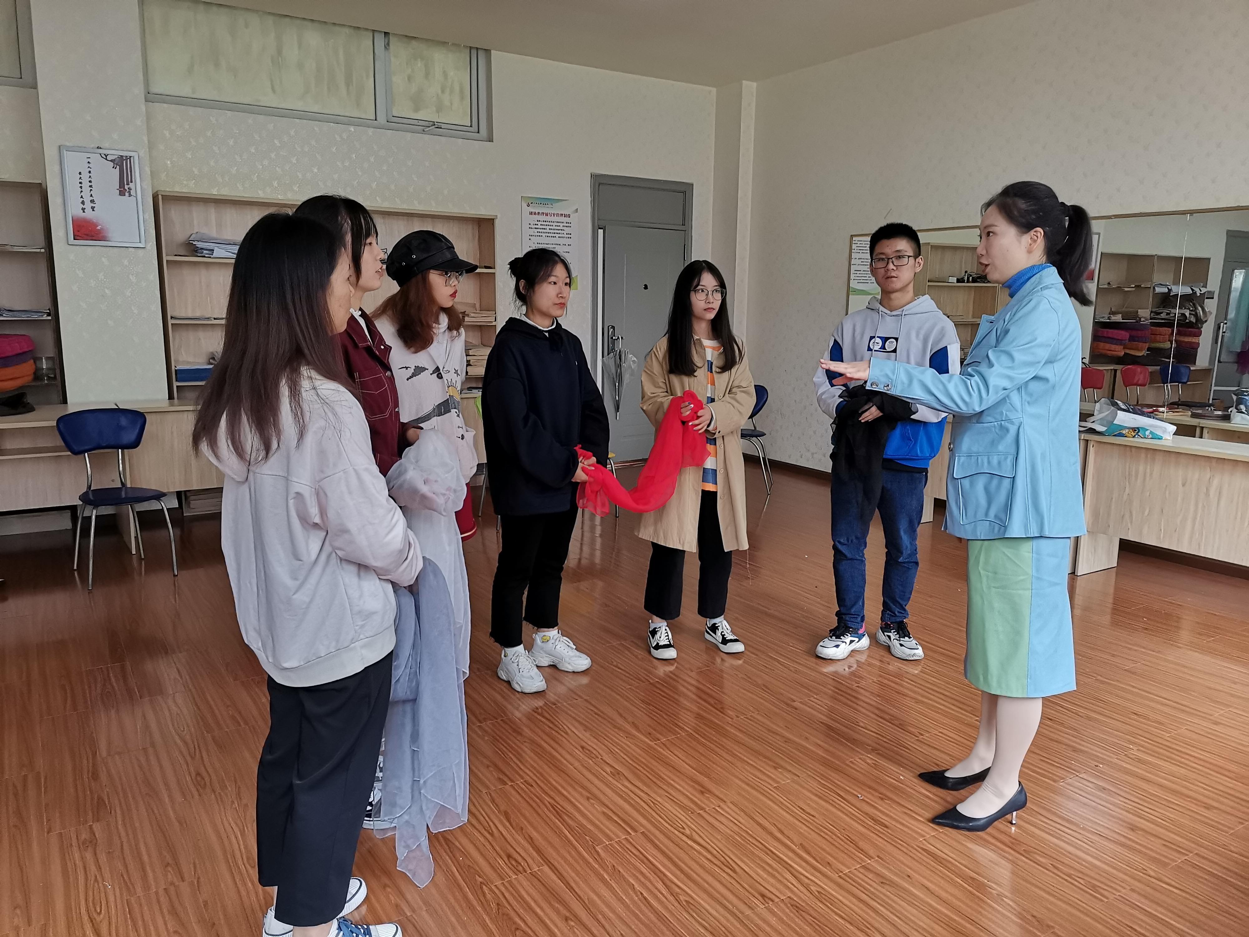 """刘晓老师指导学生排练""""一人一故事""""剧场活动"""